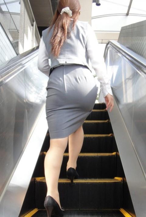 タイトなスーツのスカートがむっちりしたお尻でぱっつんしてる素人OLのエロ画像 ero68