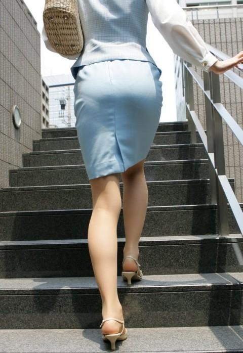 タイトなスーツのスカートがむっちりしたお尻でぱっつんしてる素人OLのエロ画像 ero98