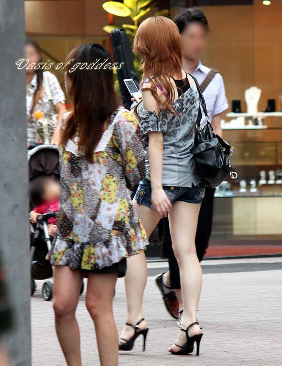街角の日常風景に居る素人娘をエロ目線で見たエロ画像 1122