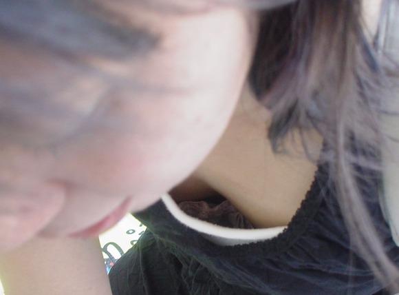 街撮りされた素人娘の胸チラに感謝したくなるエロ画像 1138
