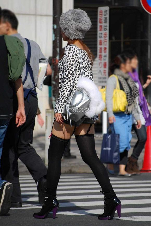 街で生撮りされた素人娘のニーソのエロ画像 2010
