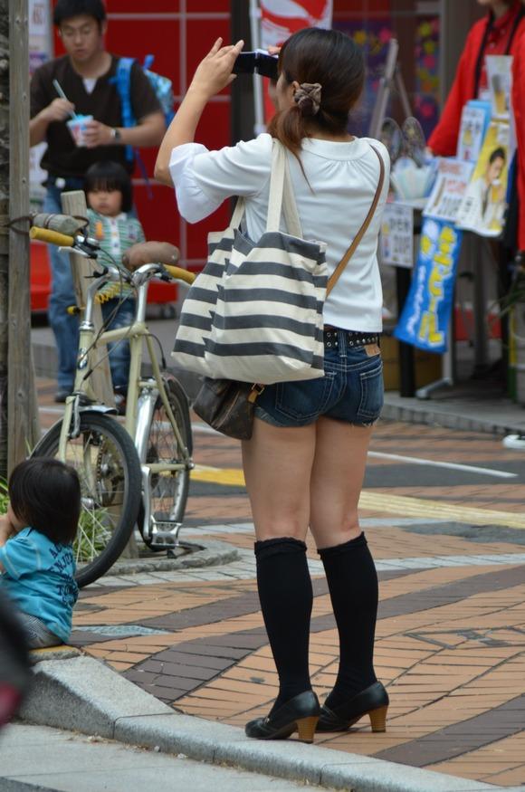 街なかで日常的に見ることの出来る素人娘の太ももエロ画像 2229