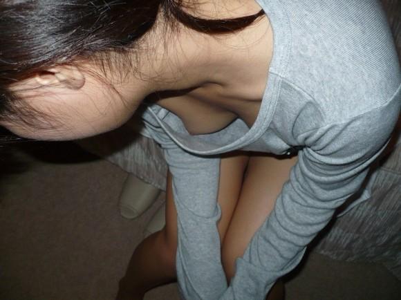 貧乳だからとノーブラで油断した素人娘の乳首丸見え胸チラエロ画像 2333