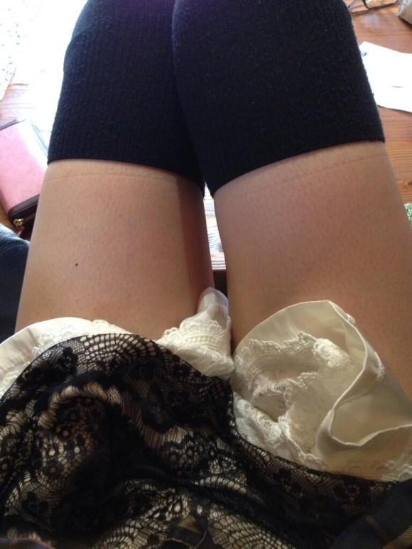 ニーソ履いてる素人娘の絶対領域がエロ過ぎるエロ画像 2342