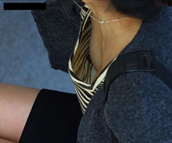 貧乳だからとノーブラで油断した素人娘の乳首丸見え胸チラエロ画像 2434