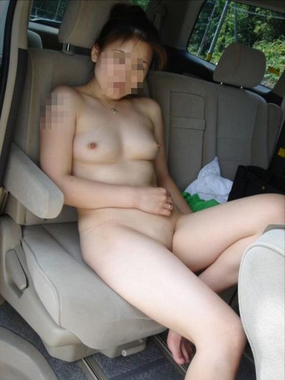 車の中でエッチな姿を撮影した素人娘のエロ画像 2522