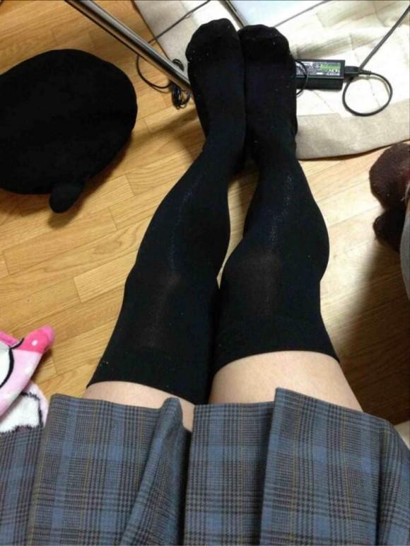 ニーソ履いてる素人娘の絶対領域がエロ過ぎるエロ画像 2542