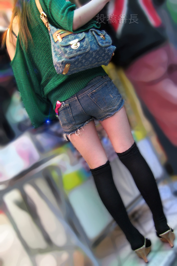 街で生撮りされた素人娘のニーソのエロ画像 2610