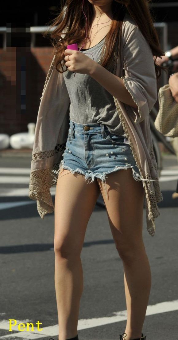 街角の日常風景に居る素人娘をエロ目線で見たエロ画像 2617