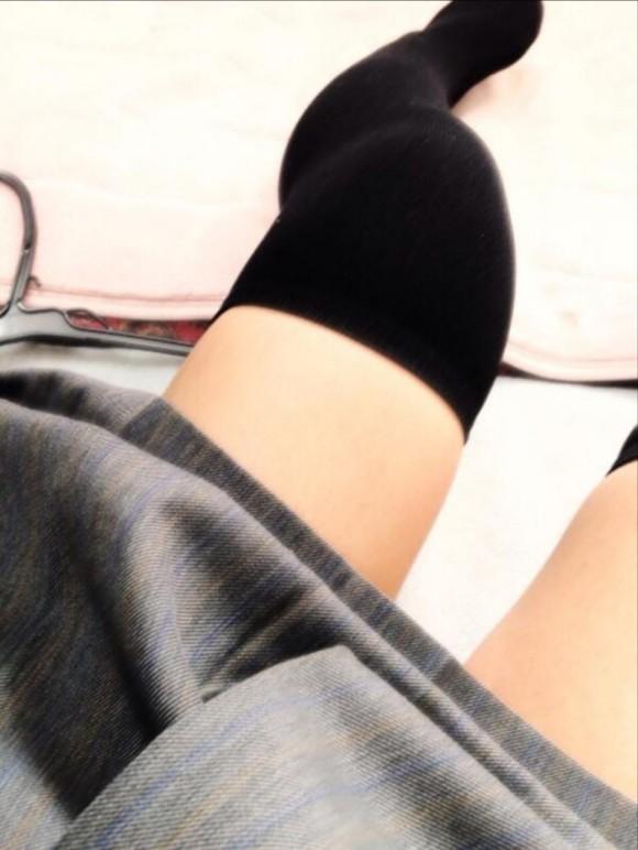 ニーソ履いてる素人娘の絶対領域がエロ過ぎるエロ画像 2642