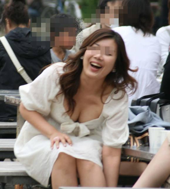 素人の人妻やお姉さん達の街撮り胸チラエロ画像 2714