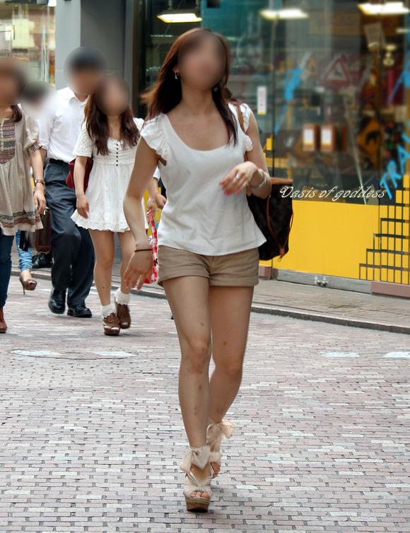 街角の日常風景に居る素人娘をエロ目線で見たエロ画像 2817