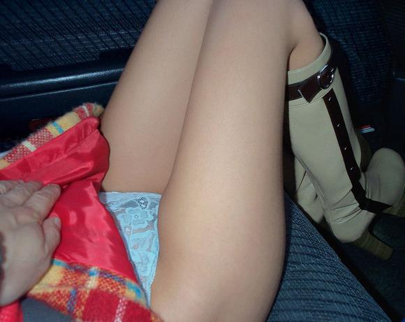 車内で撮影したセフレとの悪ふざけの素人エロ画像 2912