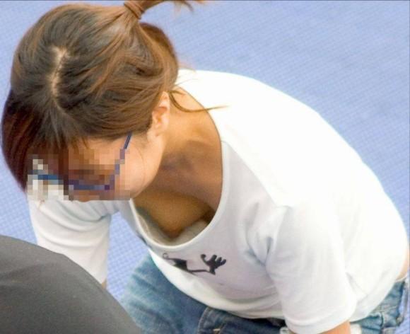 貧乳だからとノーブラで油断した素人娘の乳首丸見え胸チラエロ画像 3031