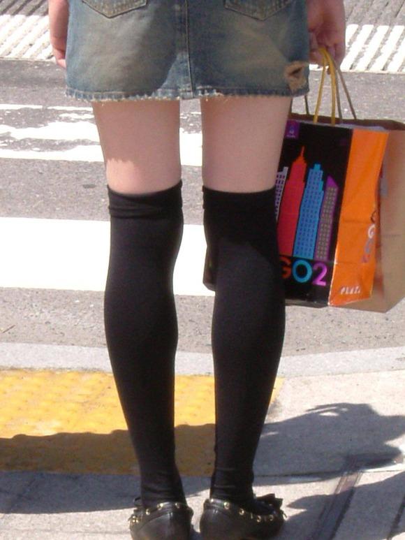 街で生撮りされた素人娘のニーソのエロ画像 320