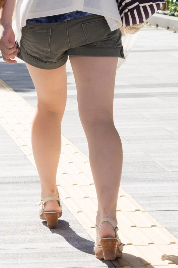 街角の日常風景に居る素人娘をエロ目線で見たエロ画像 3313
