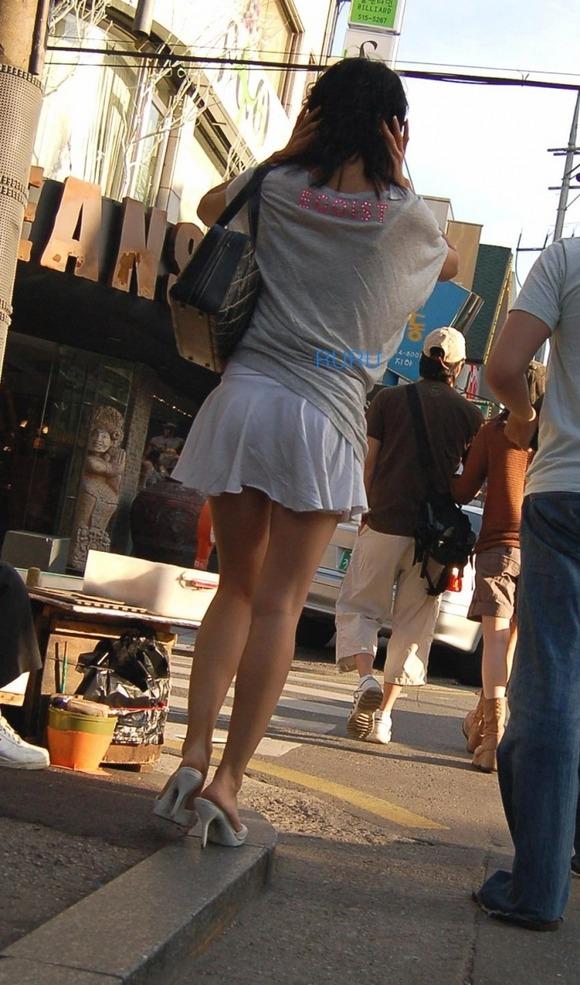 街なかで日常的に見ることの出来る素人娘の太ももエロ画像 3321
