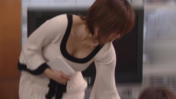 街撮りされた素人娘の胸チラに感謝したくなるエロ画像 3521