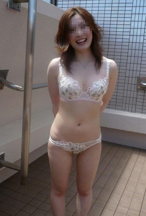 露出慣れして余裕な感じの素人痴女娘のエロ画像 362