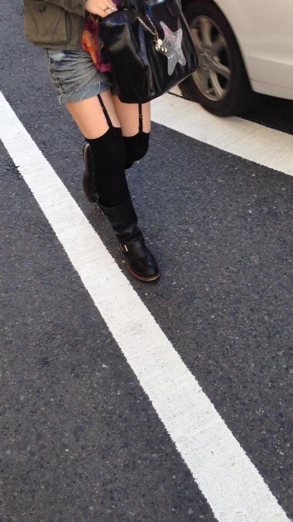 街なかで日常的に見ることの出来る素人娘の太ももエロ画像 3813