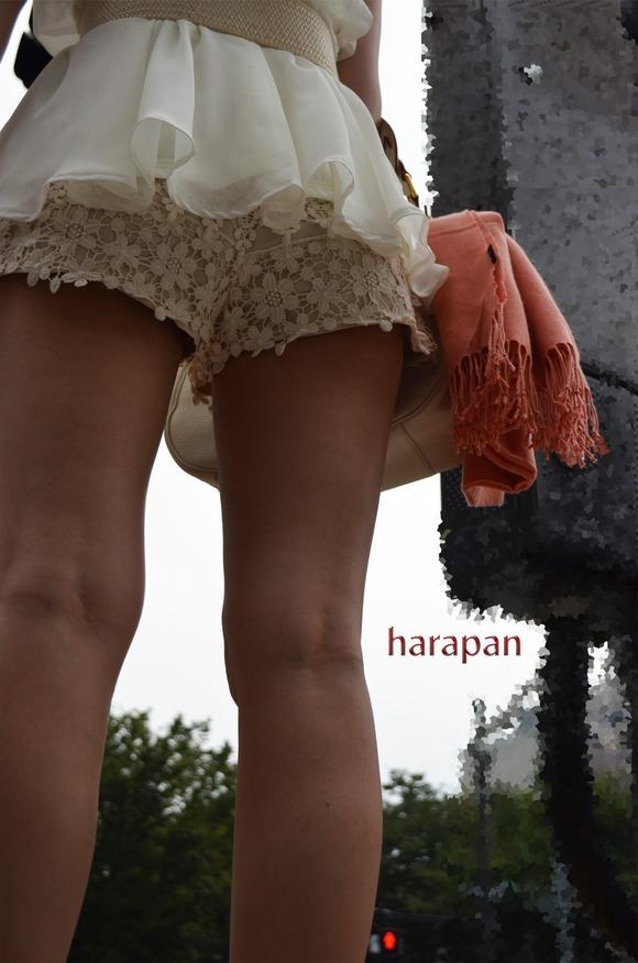 街角の日常風景に居る素人娘をエロ目線で見たエロ画像 387
