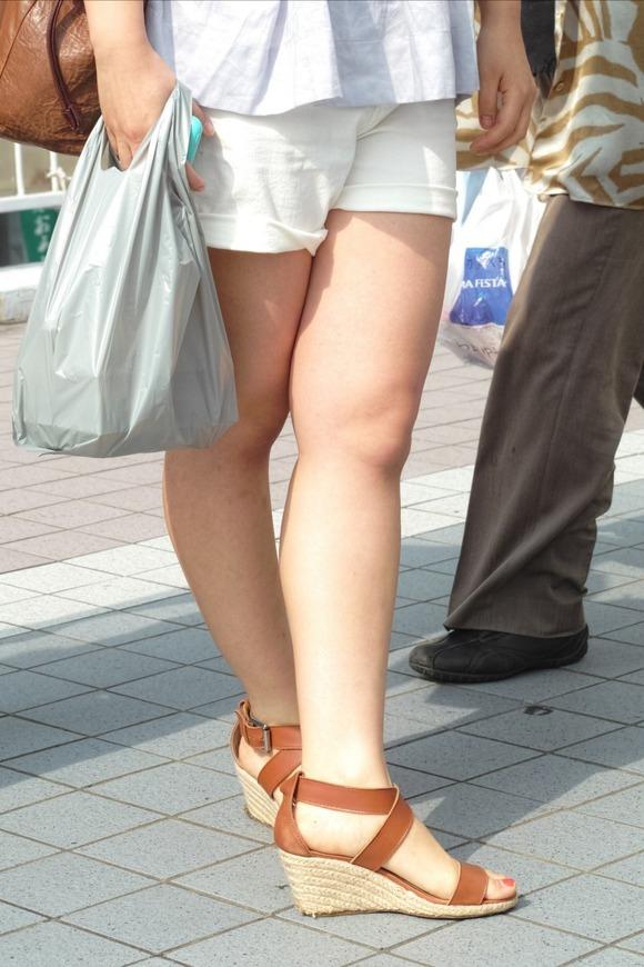 街角の日常風景に居る素人娘をエロ目線で見たエロ画像 396