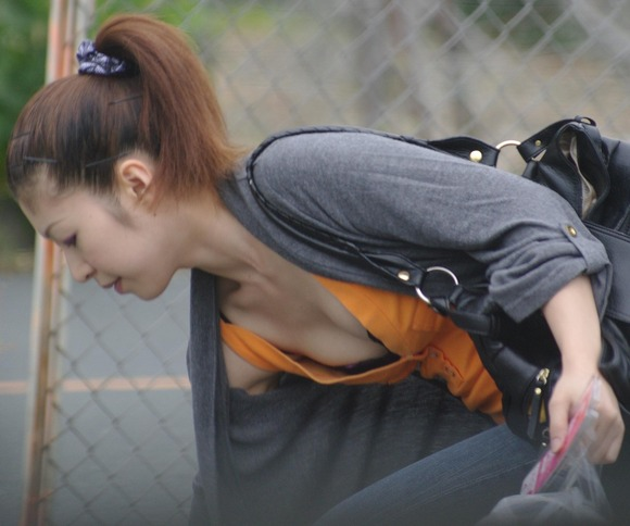 街撮りされた素人娘の胸チラに感謝したくなるエロ画像 4011