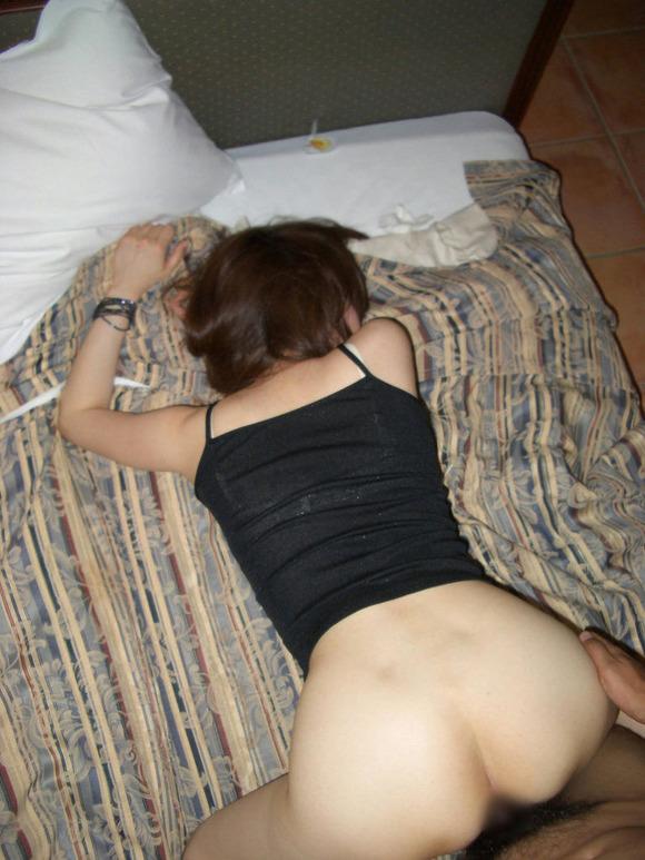 生々しさがヤバい素人娘の着衣セックスのハメ撮りエロ画像 406