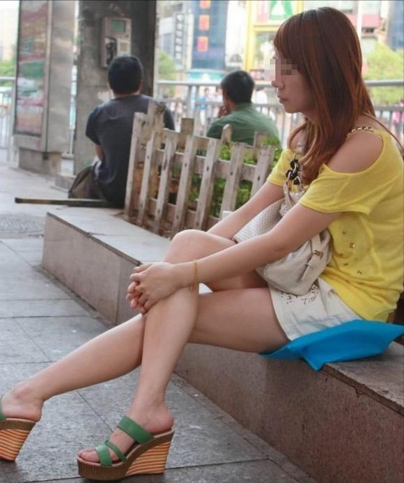 街なかで日常的に見ることの出来る素人娘の太ももエロ画像 437