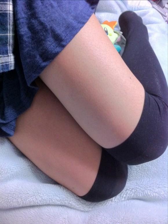 ニーソ履いてる素人娘の絶対領域がエロ過ぎるエロ画像 465
