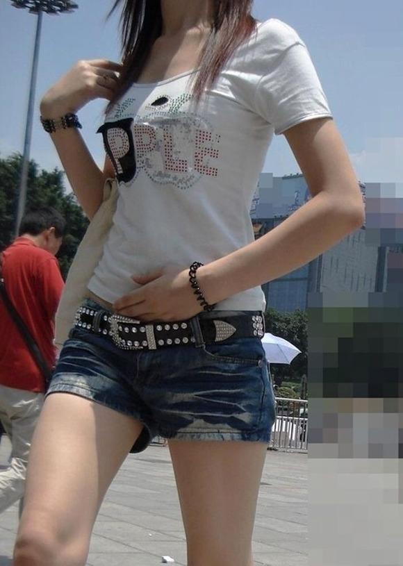 街角の日常風景に居る素人娘をエロ目線で見たエロ画像 518