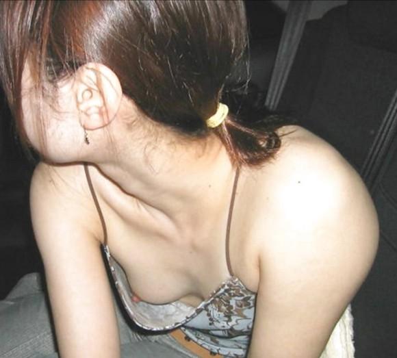 貧乳だからとノーブラで油断した素人娘の乳首丸見え胸チラエロ画像 535