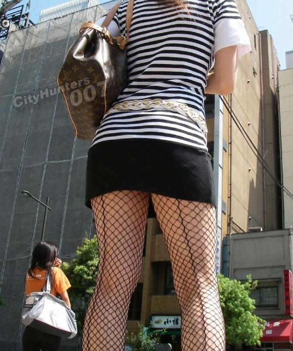 素人のお姉さんが履いてる網タイツがとってもセクシーなエロ画像 566