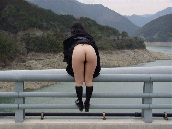 開放感と羞恥心が止められない素人娘の野外露出エロ画像 671