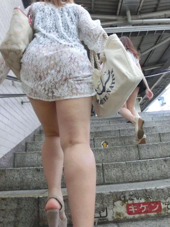 街角の日常風景に居る素人娘をエロ目線で見たエロ画像 718