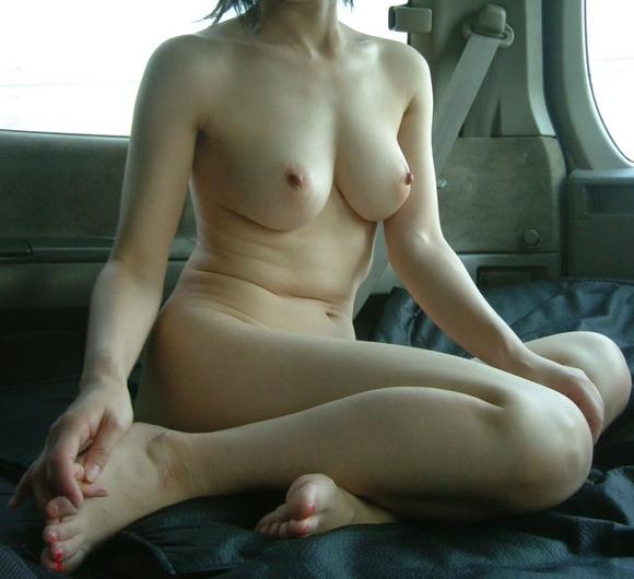 車の中でエッチな姿を撮影した素人娘のエロ画像 823