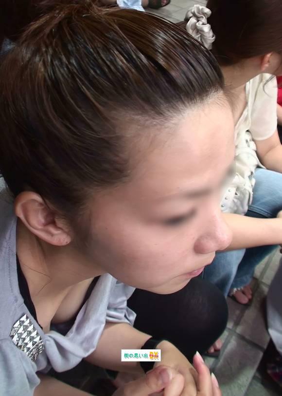 街で激写された素人の胸チラおっぱいのエロ画像 919