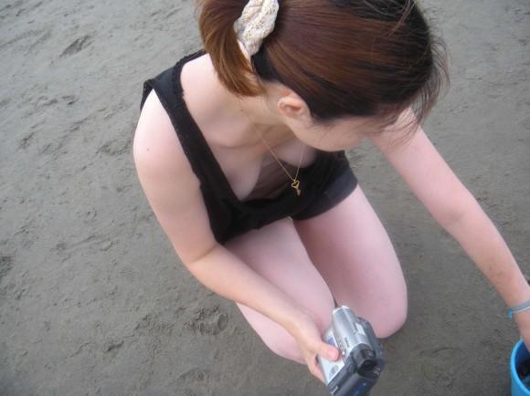 貧乳だからとノーブラで油断した素人娘の乳首丸見え胸チラエロ画像 935