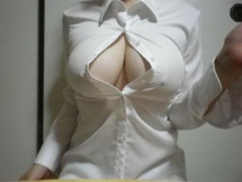 色白美肌の巨乳おっぱいを持つ素人娘のエロ画像 1