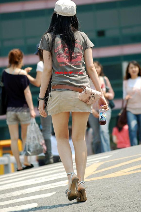 生足の素人女性が多い韓国の街撮りエロ画像 1042