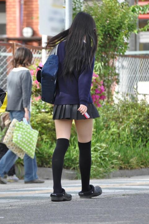 ニーハイやニーソを履いてムッチリ太ももの絶対領域を晒す素人娘のエロ画像 11134