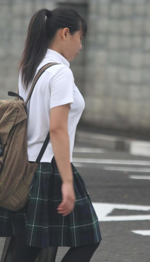 女子校生の制服がもっこりしてる街撮り着衣の巨乳おっぱいエロ画像 134