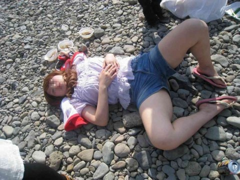泥酔して道端に倒れこんでやらかしてる素人娘のエロ画像 1382