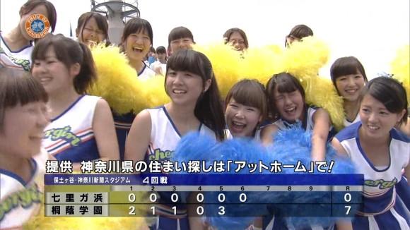 高校野球の応援席ではしゃぐ女子校生チアリーダーのエロ画像 1402