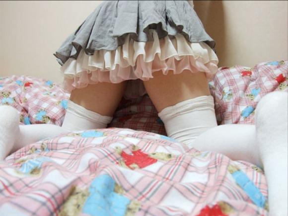 絶対領域がセクシーなニーソを履いた素人娘のエロ画像 1412
