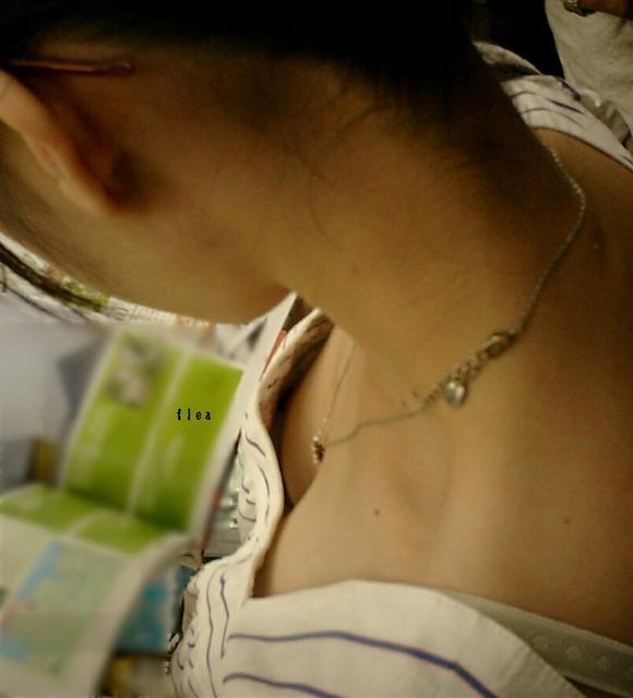 乳首が見えそうで見えない感じがそそる素人の街撮り胸チラエロ画像 1417