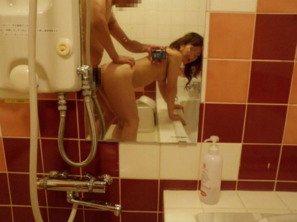 鏡越しにセフレや彼女や奥さんとのセックスをハメ撮りしてる素人エロ画像 159
