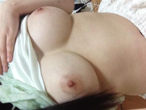 色白美肌の巨乳おっぱいを持つ素人娘のエロ画像 161