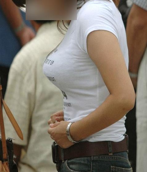 街で見かけた巨乳の素人娘の弾ける着衣おっぱいのエロ画像 162