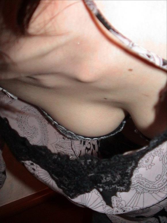乳首が見えそうで見えない感じがそそる素人の街撮り胸チラエロ画像 1717